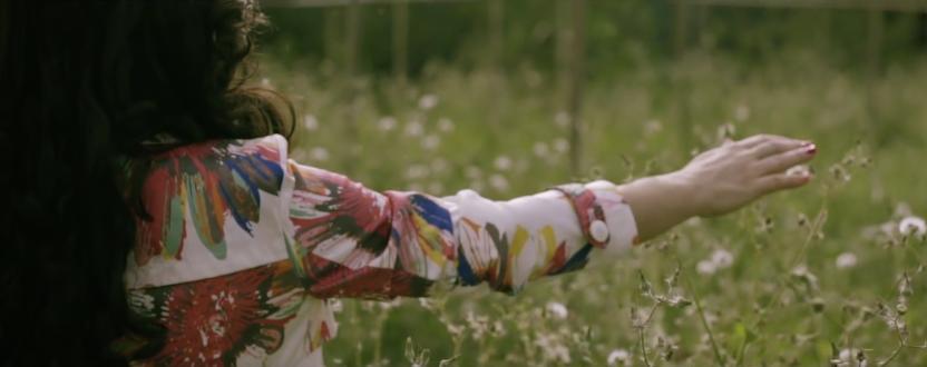 Fotograma del videoclip Vivo enamorada de él, de Ruts & la Isla Music